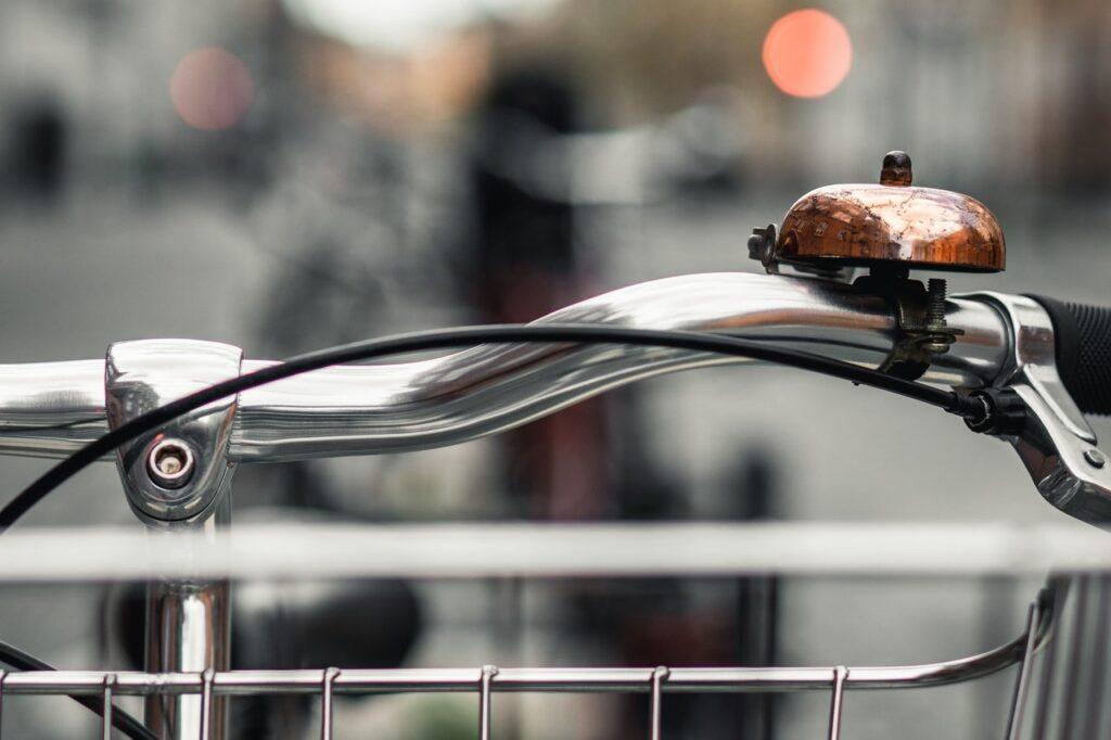 Ausschnittbild eines Fahrradlenkers mit Glocke